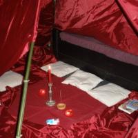 Tente rouge corde et bambou © tentesrouges.fr